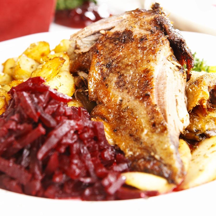 Knusprig-gebratene-Ente-mit-Blaukraut-und-Kartoffelspalten