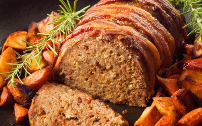 Saftiger Hackbraten mit knusprigem Bacon und herrlich krossen Kartoffelecken