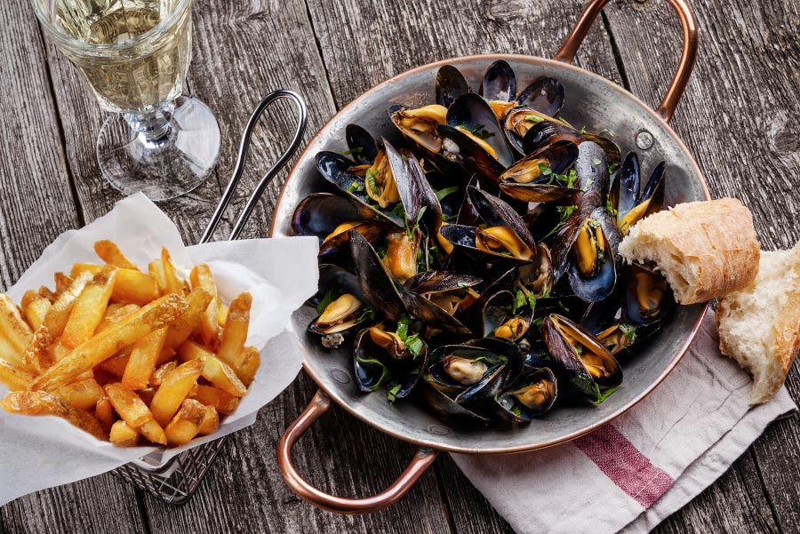 Moules-frites-Miesmuscheln-mit-Pommes-frites