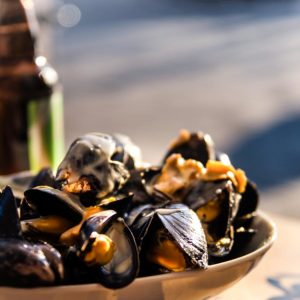 Moules-frites-Miesmuscheln-mit-Pommes