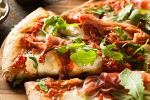 Pizza-mit-Rucola-Mozzarella-und-Parmaschinken