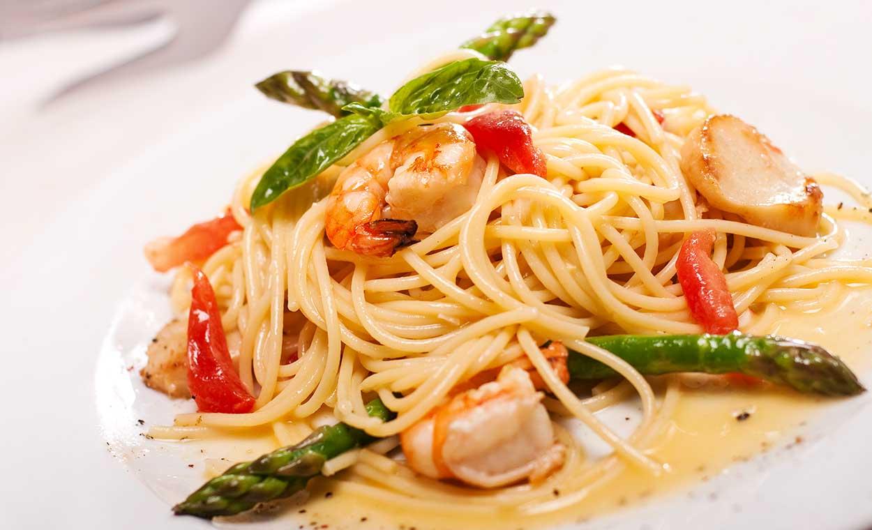 Spaghetti-mit-gruenem-Spargel-und-Garnelen