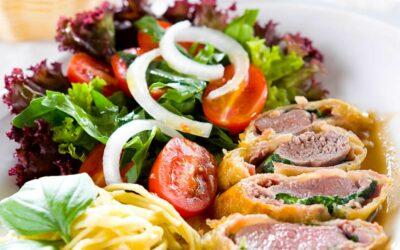 Schweinefilet im Mantel mit Tagliatellini und Salat