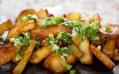 Kartoffel-Wedges mit Zwiebelröllchen