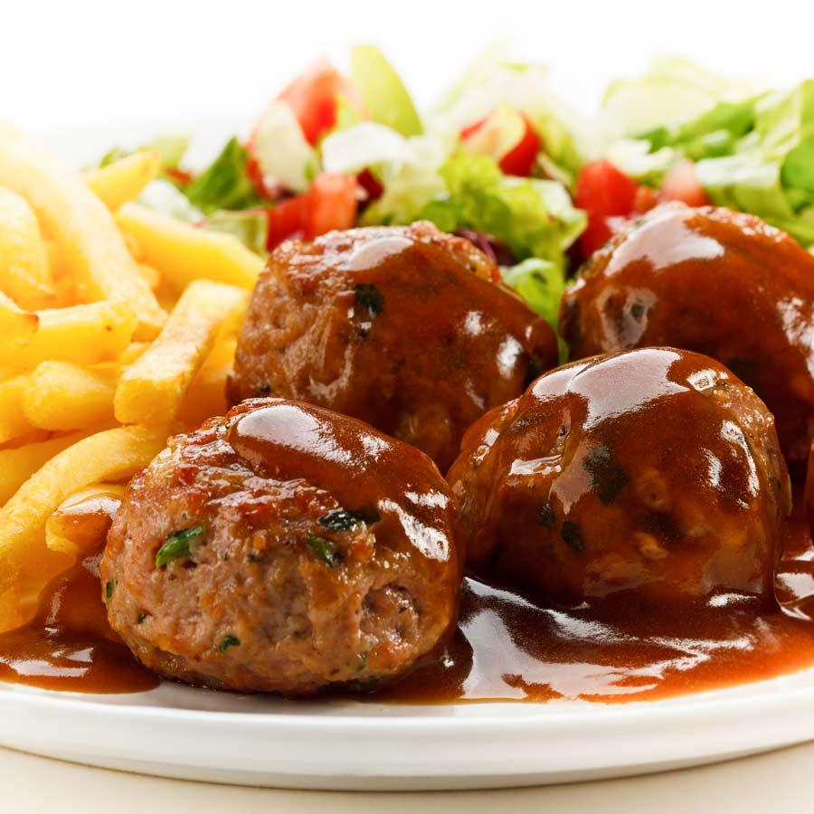 Curry-Hackfleischbaellchen-mit-Pommes-und-Salat