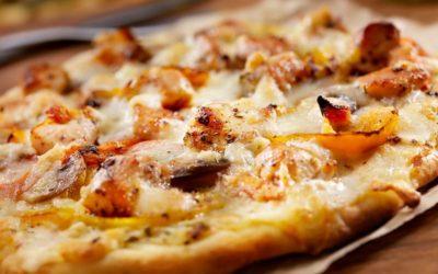 Pizza mit Hähnchenbrust und Paprika