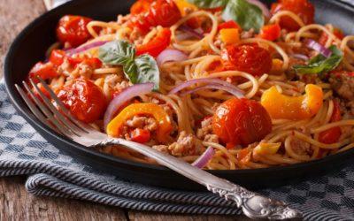 Frische Tomaten-Pasta mit Hackfleisch und Gemüse