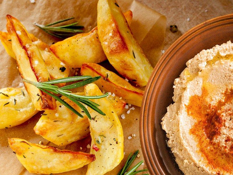 Kartoffelecken-mit-hummus