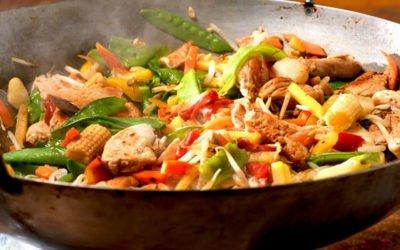 Hähnchenfilet und Gemüse im Wok