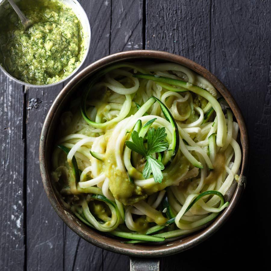 Zucchini-Spaghetti-mit-Mandel-Basilikom-Pesto
