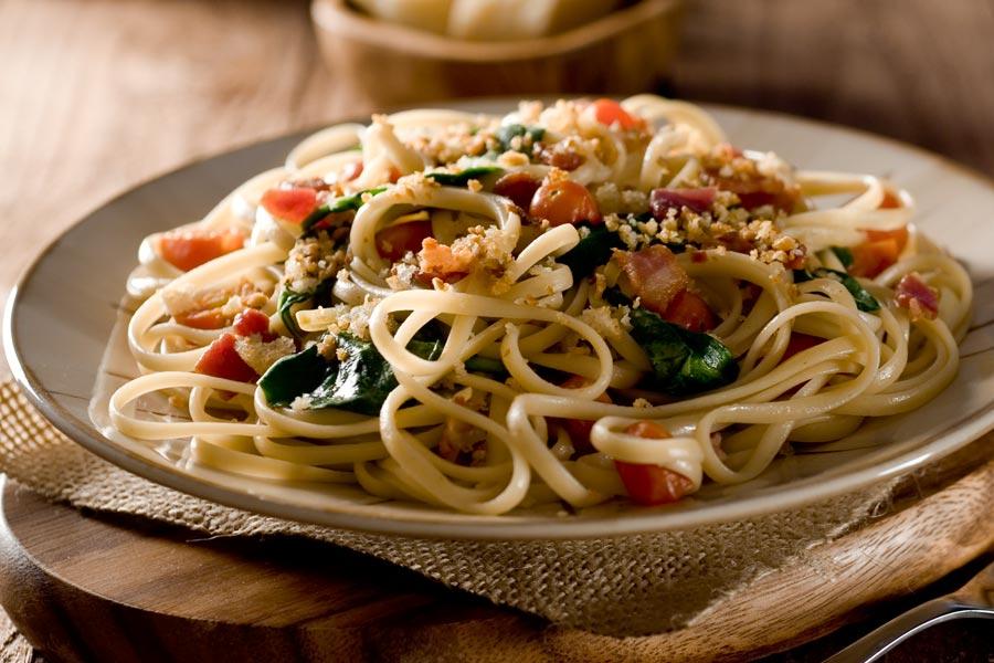 Linguine-mit-Pancetta-Blattspinat-und-geschmolzenen-Tomaten