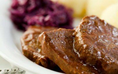 Rinderbraten mit Kartoffelknödeln und Rotkohl