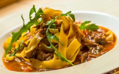 Italienisch angehauchte Fleischsauce mit Pappardelle