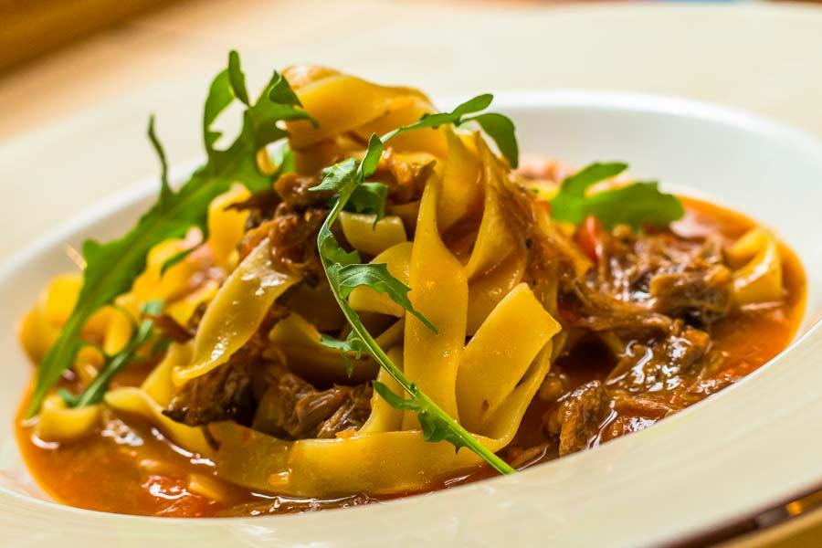 Italienisch-angehauchte-Fleischsauce-mit-Pappardelle
