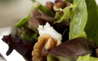 Blattsalat mit Ziegenkäse und Walnüssen