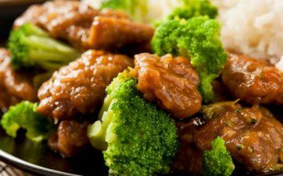 Asiatisch angehauchtes Rindfleisch mit Zwiebeln, Ingwer und Brokkoli