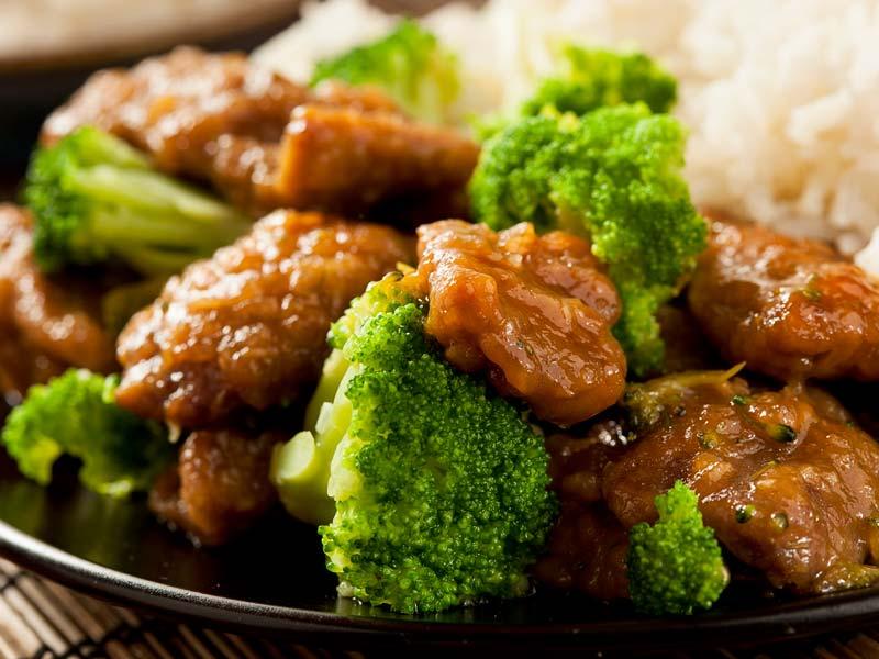 asiatisch-angehauchtes-rindfleisch-mit-zwiebeln-ingwer-und-brokkoli