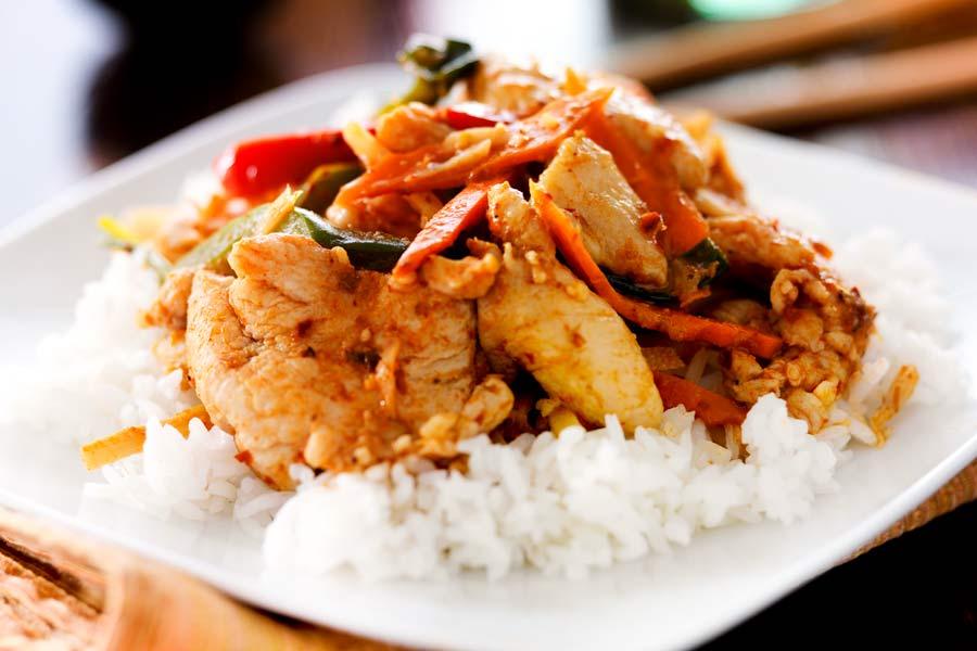 Haehnchen-auf-Reis-mit-Tomaten