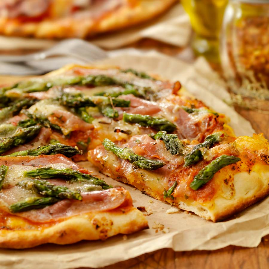 Pizza-mit-Spargel-und-Schinken