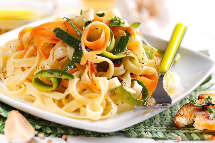Tagliatelle-mit-Zucchini-Moehrensauce
