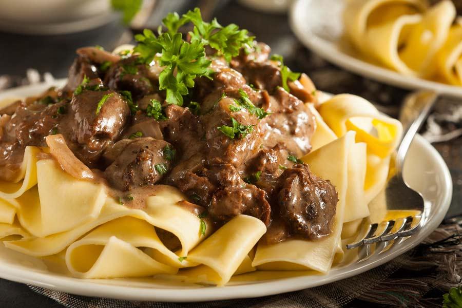 Rindfleisch-und-breite-Nudeln