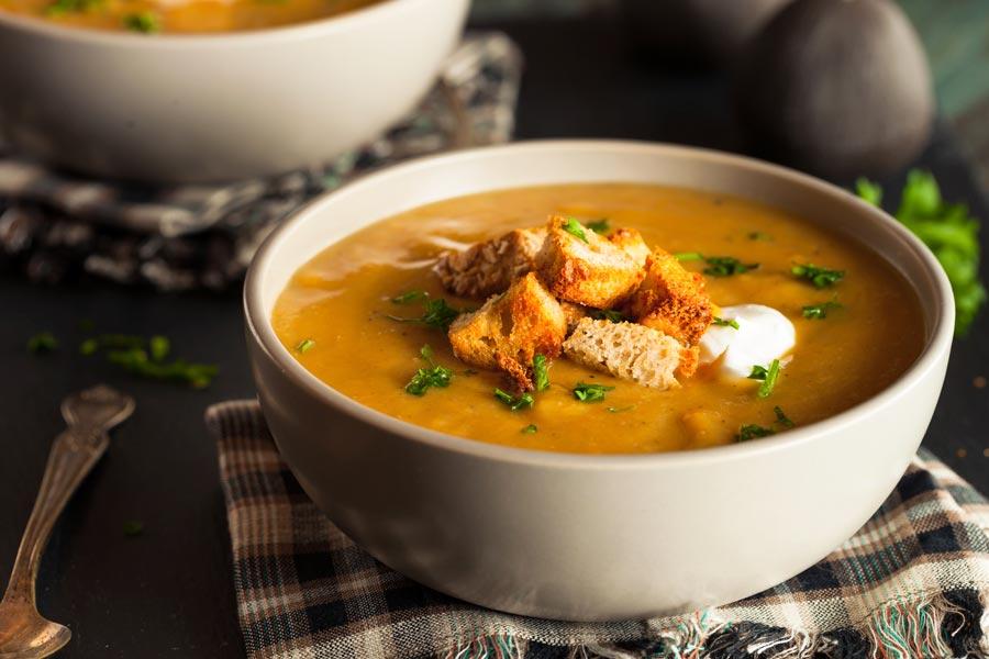 Butternuss-Kuerbis-Suppe-mit-krossen-Brotstueckchen